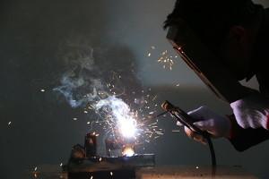 Elektroden Schweißgerät - Arbeiter schweißt Stahl