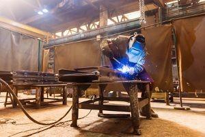 Fülldraht Schweißgerät Test - Mann schweißt in einer Werkstatt